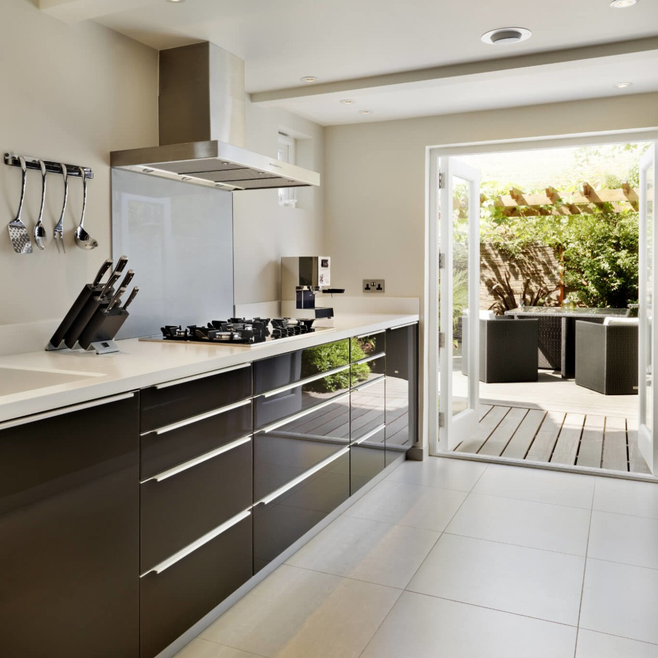 House in Fulham - Bespoke gloss dark brown kitchen and white corian worktop